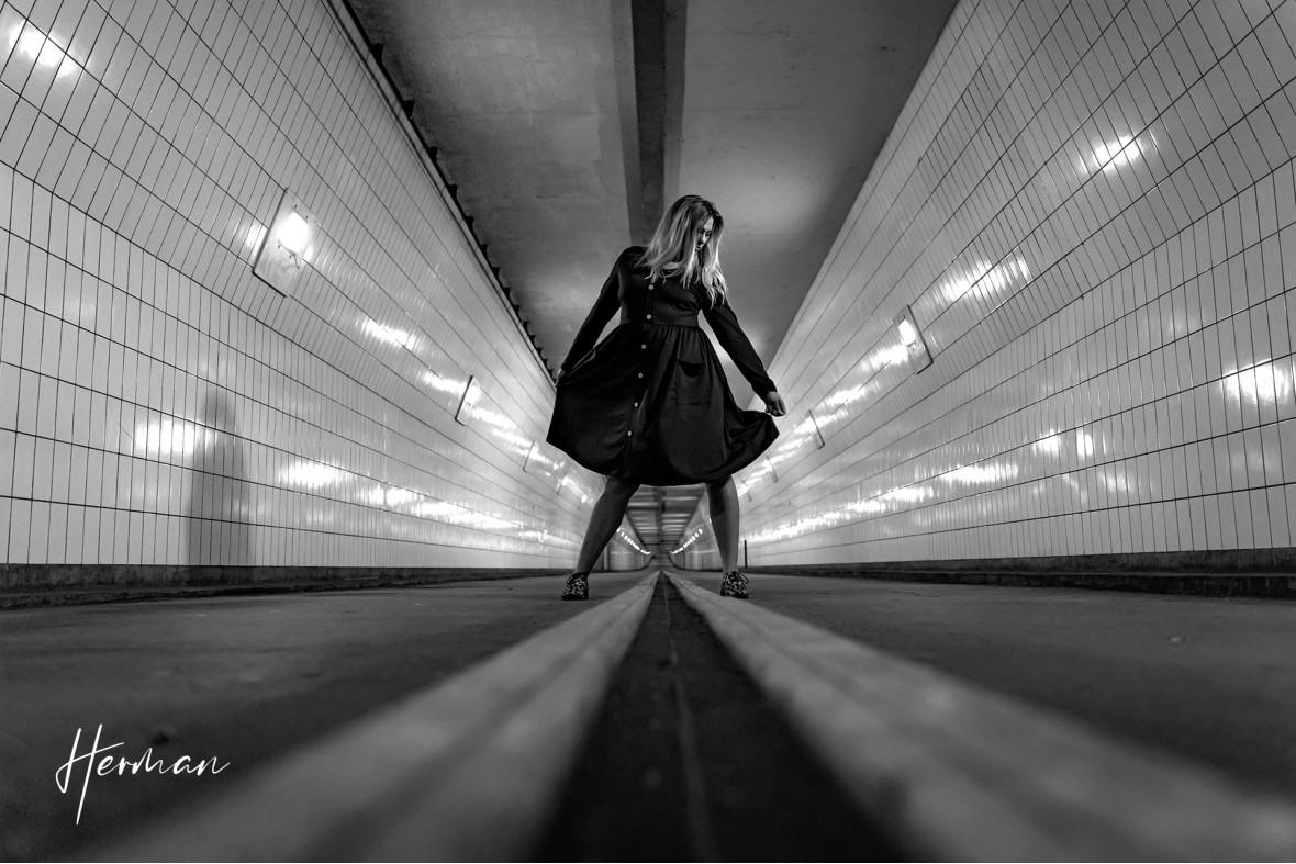 Klaartje danst in de Maastunnel in Rotterdam - Portret fotoshoot in Rotterdam