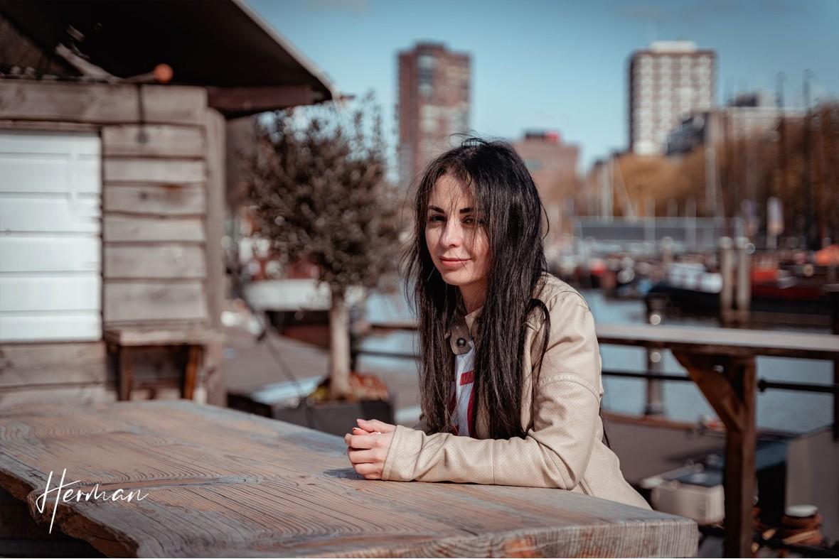 Ella aan een tafel in de oude haven in Rotterdam - Portret fotoshoot in Rotterdam