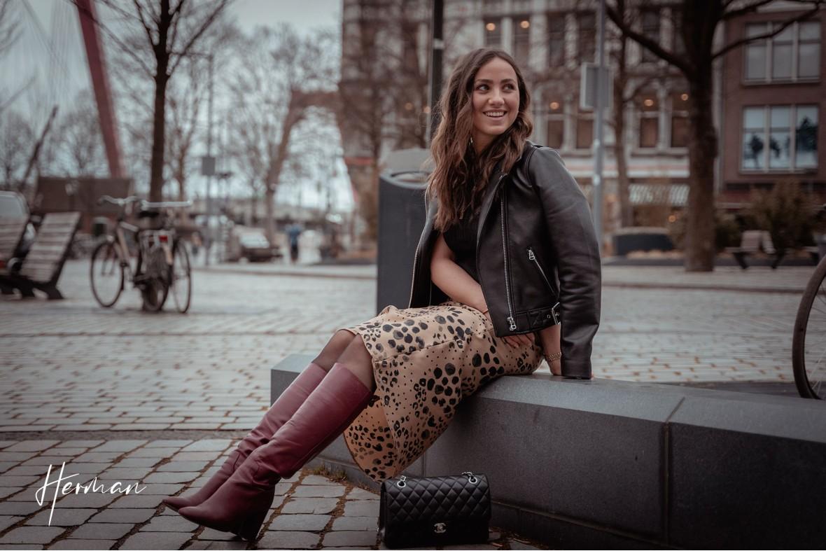 Roos lacht naar een voorbijganger bij de oude haven in Rotterdam - Portret fotoshoot in Rotterdam