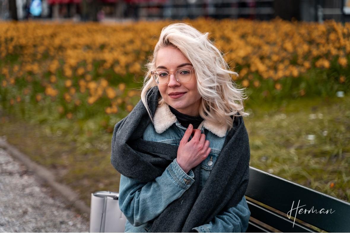Portret fotoshoot met Polina - Op een bankje in Den Haag voor een veld narcissen