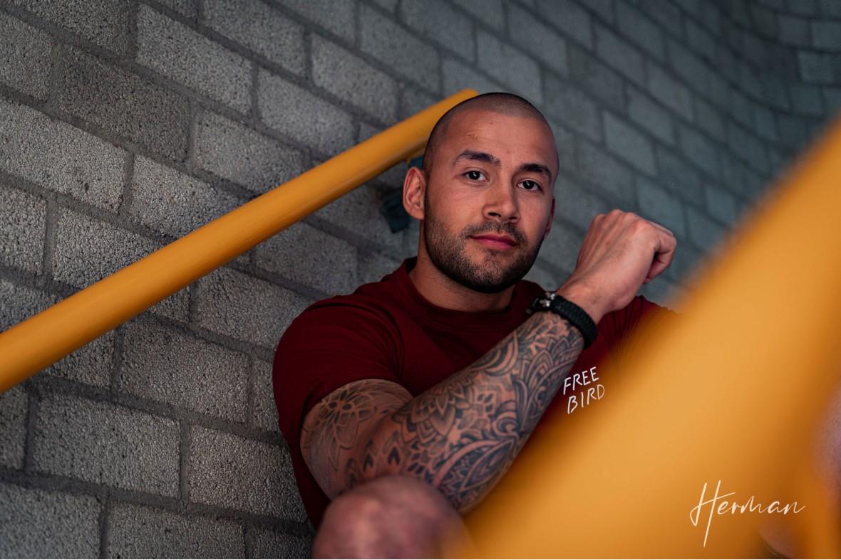 Portret fotoshoot met Ritchie - Stoere vent op de trap in de parkeergarage in Dordrecht