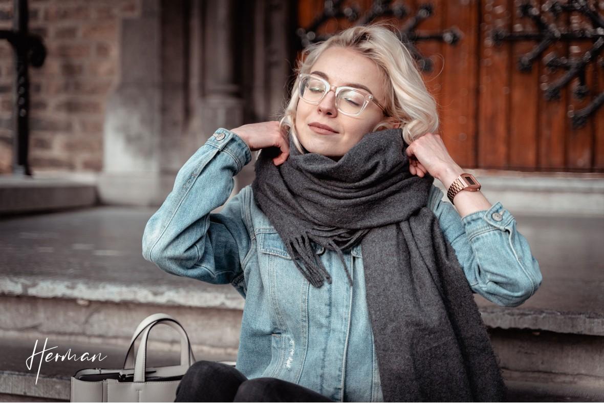Polyna doet haar jas goed in Den Haag - Portret fotoshoot in Den Haag
