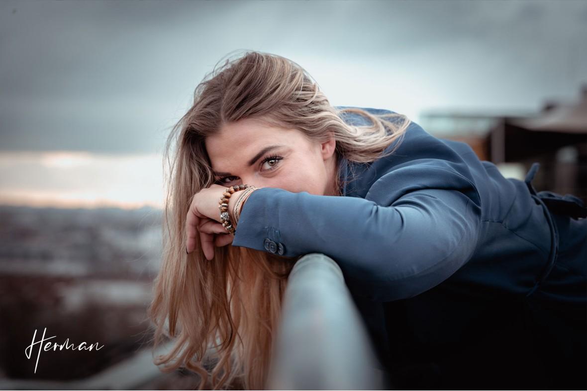 Klaartje kijkt over de railing - Portret fotoshoot in Dordrecht