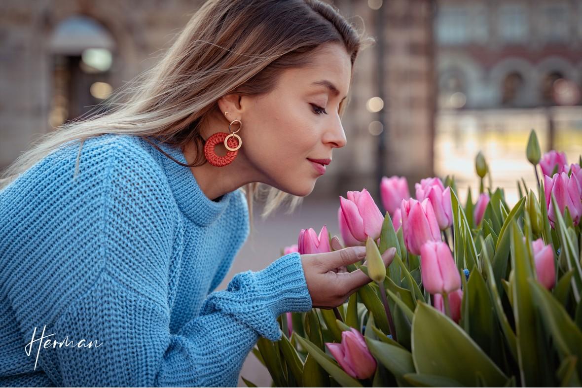Laura ruikt aan een tulp in Den Haag - Portret fotoshoot in Den Haag