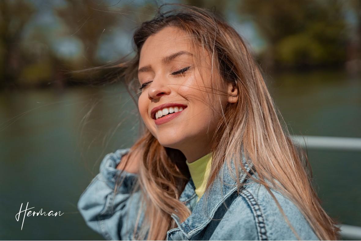 Laura geniet van de zon bij Villa Augustus in Dordrecht - Portret fotoshoot Dordrecht met fotograaf Dordrecht