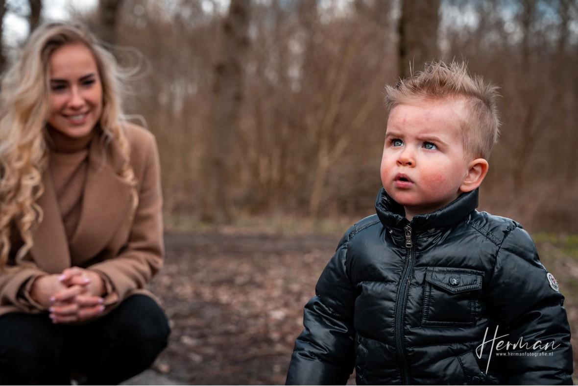 Lifestyle fotoshoot - Moeder lacht lief naar zoon - Herman Fotografie