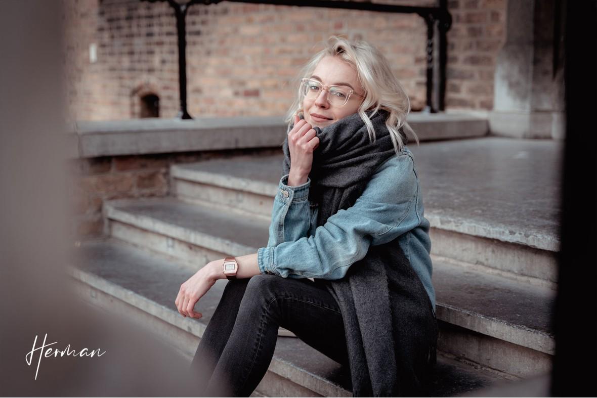 Polyna kijkt recht in de lens in Het Binnenhof te Den Haag - Portret fotoshoot in Den Haag