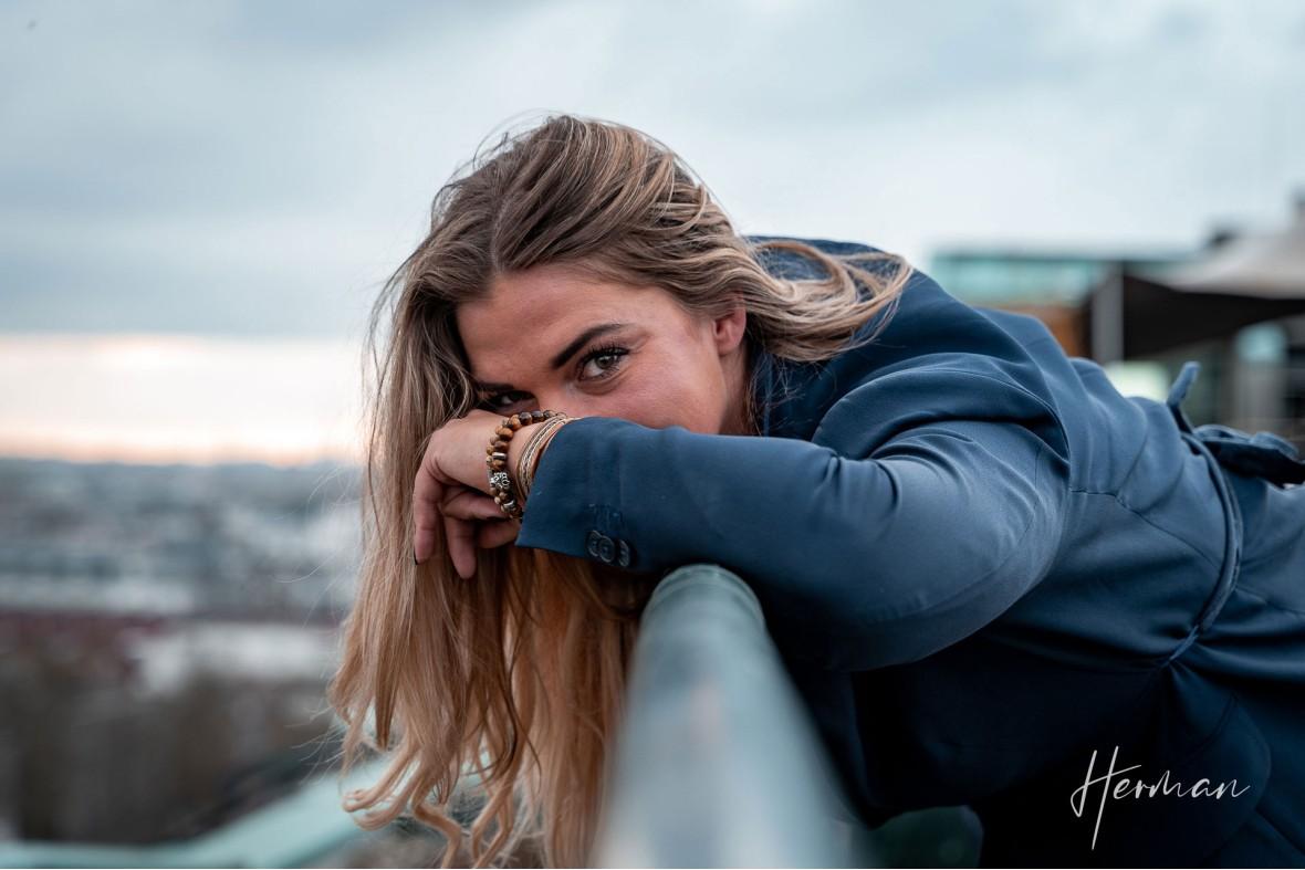 Portret fotoshoot met Klaartje - Op het dak van het Groot Handelsgebouw in Rotterdam