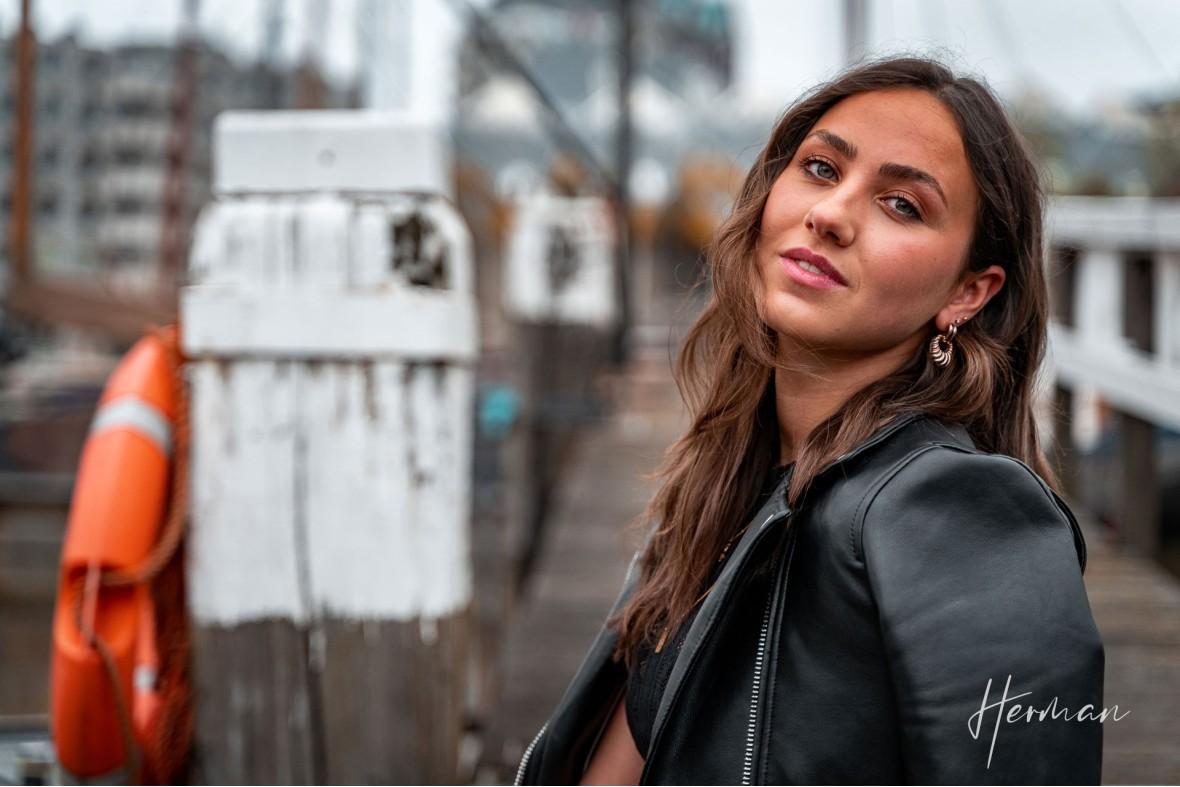 Portret fotoshoot met Roos - Op een steiger in de Oude Haven te Rotterdam