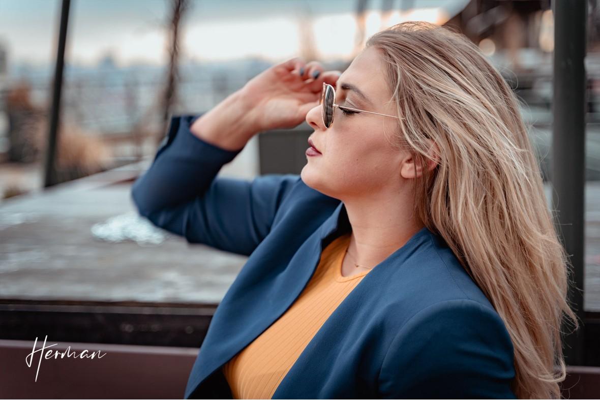 Klaartje met zonnebril op het Groot Handelsgebouw in Rotterdam  - Portret fotoshoot in Rotterdam