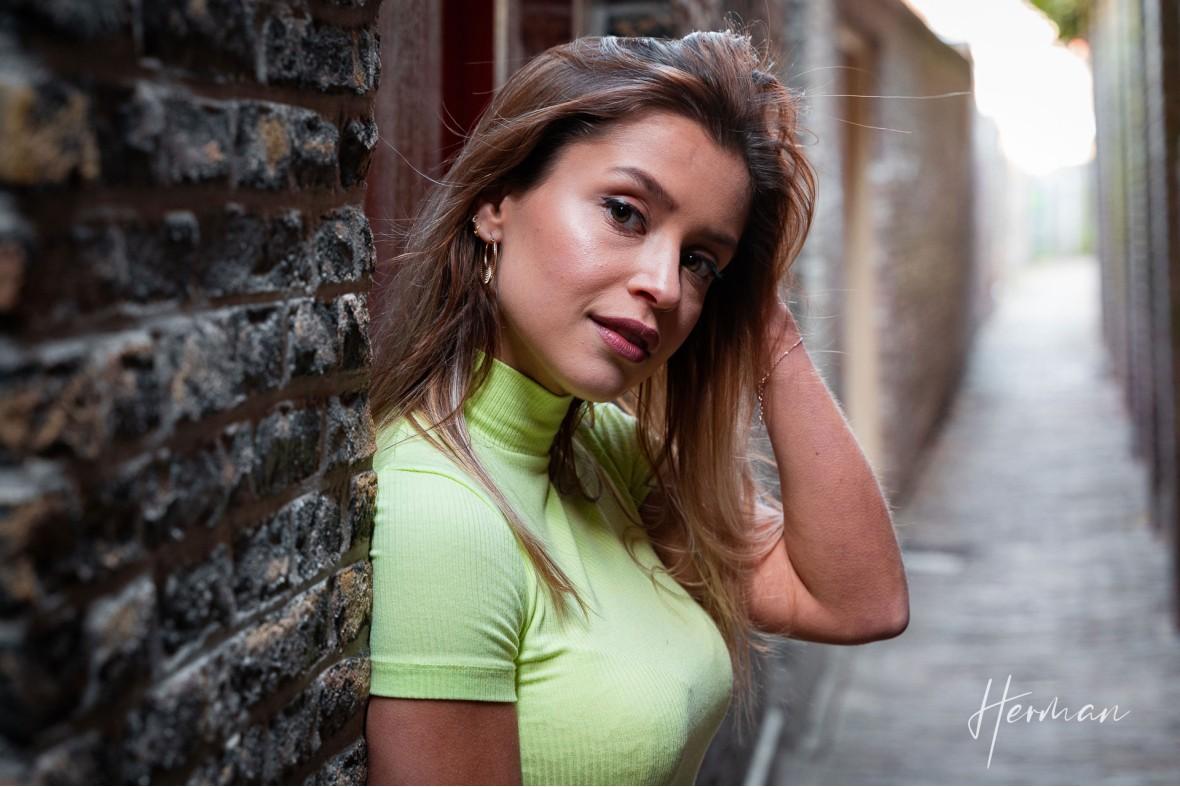 Portret fotoshoot met Laura - In het smalste steegje van Dordrecht