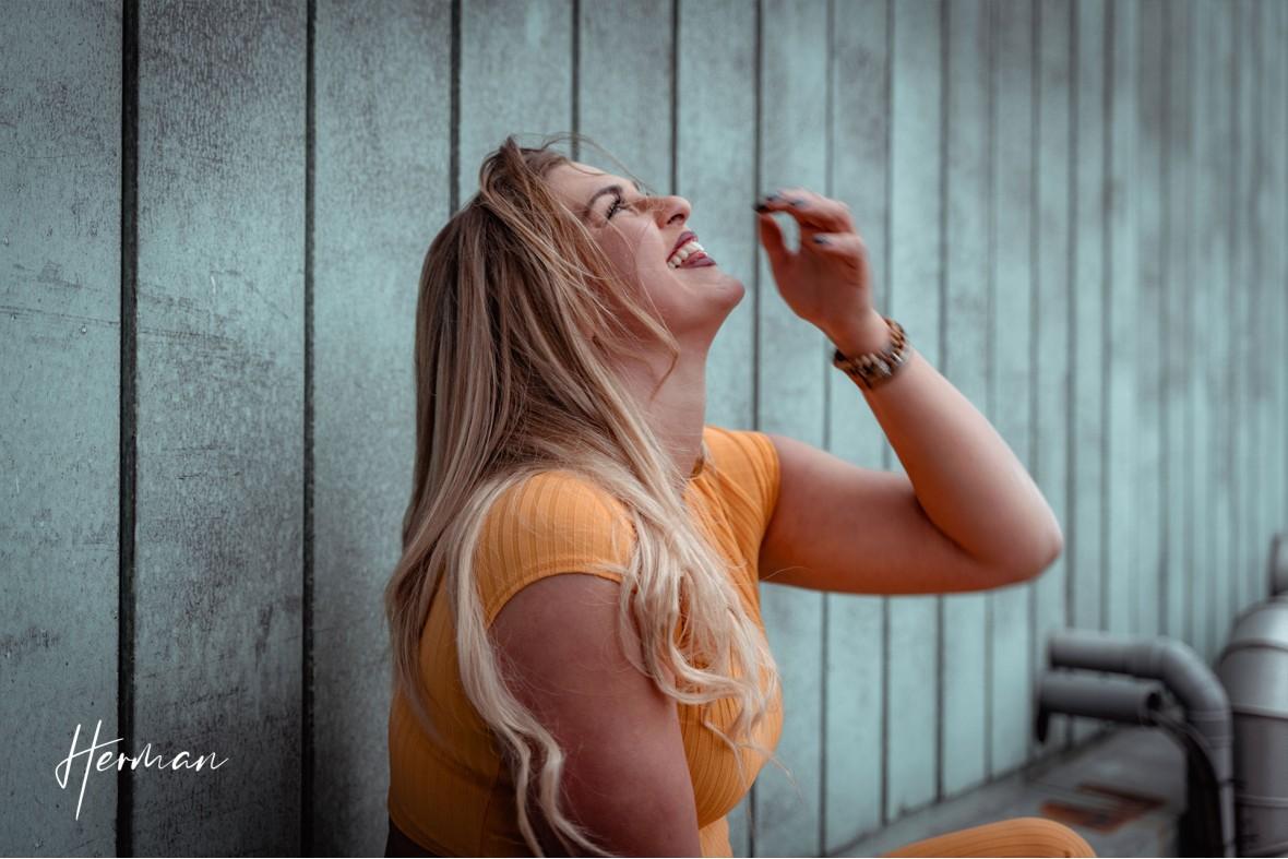 Klaartje lacht zich kapot op het Groot Handelsgebouw in Rotterdam - Portret fotoshoot in Rotterdam