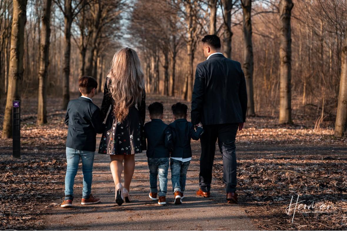 Lifestyle fotoshoot - Gezin loopt in de Elzen, Dordrecht - Herman Fotografie
