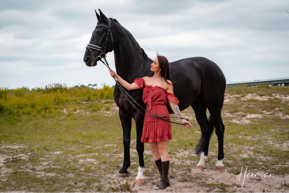 Portret fotoshoot met Anastasiya - Samen met een paard aan de rivier te Zoelen