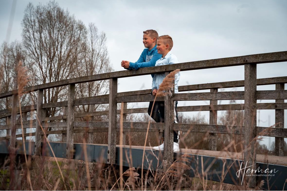Lifestyle fotoshoot - Twee jongens staan op brug in Hendrik Ido Ambacht - Herman Fotografie