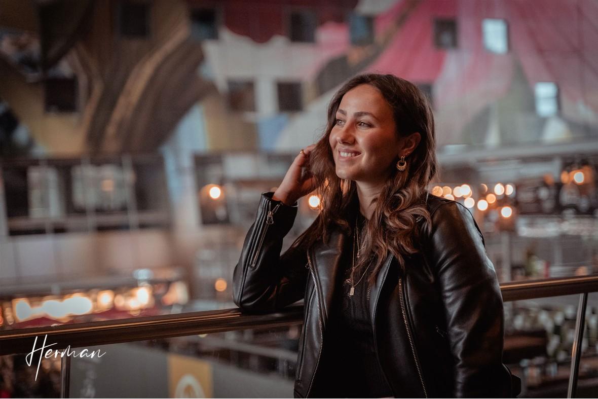 Roos op het balkon in de Markthal Rotterdam - Portret fotoshoot in Rotterdam