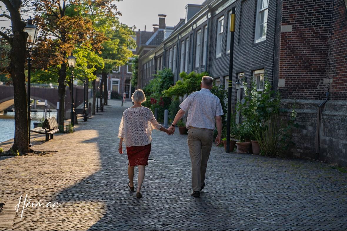 Marcel en Karin lopen hand in hand langs de grote kerk in Dordrecht - Portret fotoshoot Dordrecht met fotograaf Dordrecht