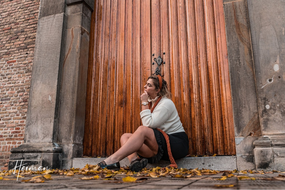 Klaartje voor een kerkdeur in Maassluis - Portret fotoshoot in Maassluis
