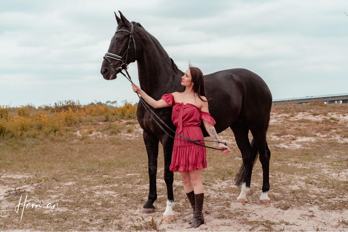 Anastasiya naast een paard in Zoelen - Portret fotoshoot in Zoelen