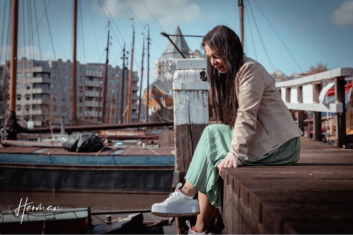 Ella zit op een steiger in de oude haven in Rotterdam - Portret fotoshoot in Rotterdam