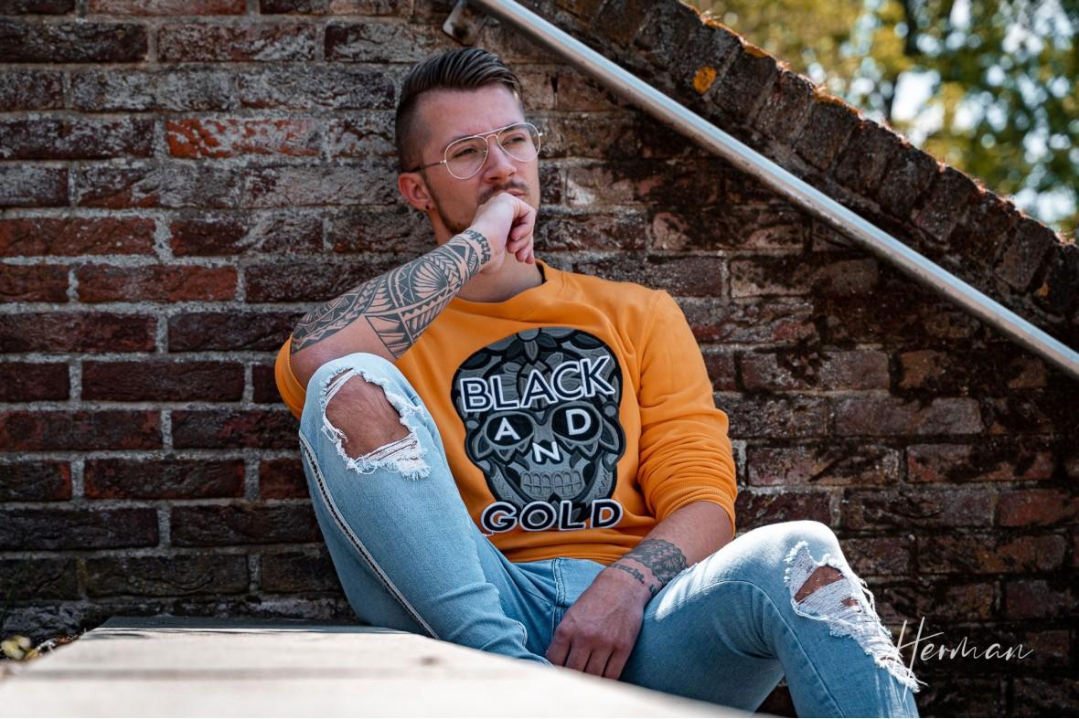 Portret fotoshoot met Arwin - Dromerig op een trap in Vlaardingen
