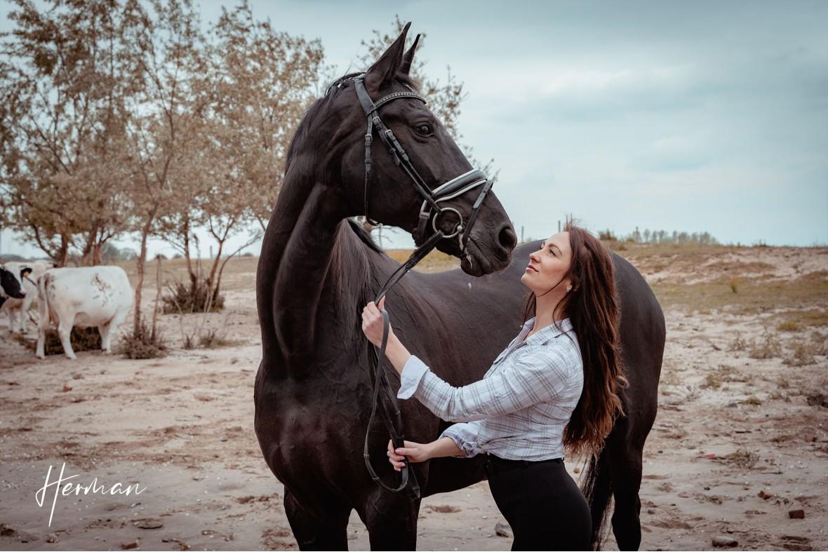 Anastasiya kijkt naar een paard in Zoelen - Portret fotoshoot in Zoelen