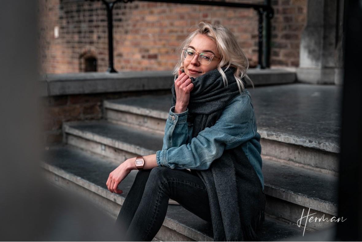 Portret fotoshoot met Polina - Op een trappetje voor de Ridderzaal in Den Haag