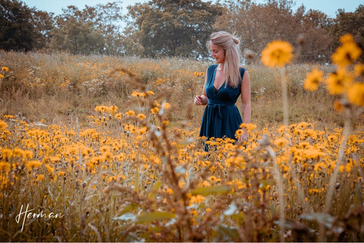 Claudia tussen de bloemen in Zaltbommel - Portret fotoshoot in Zaltbommel