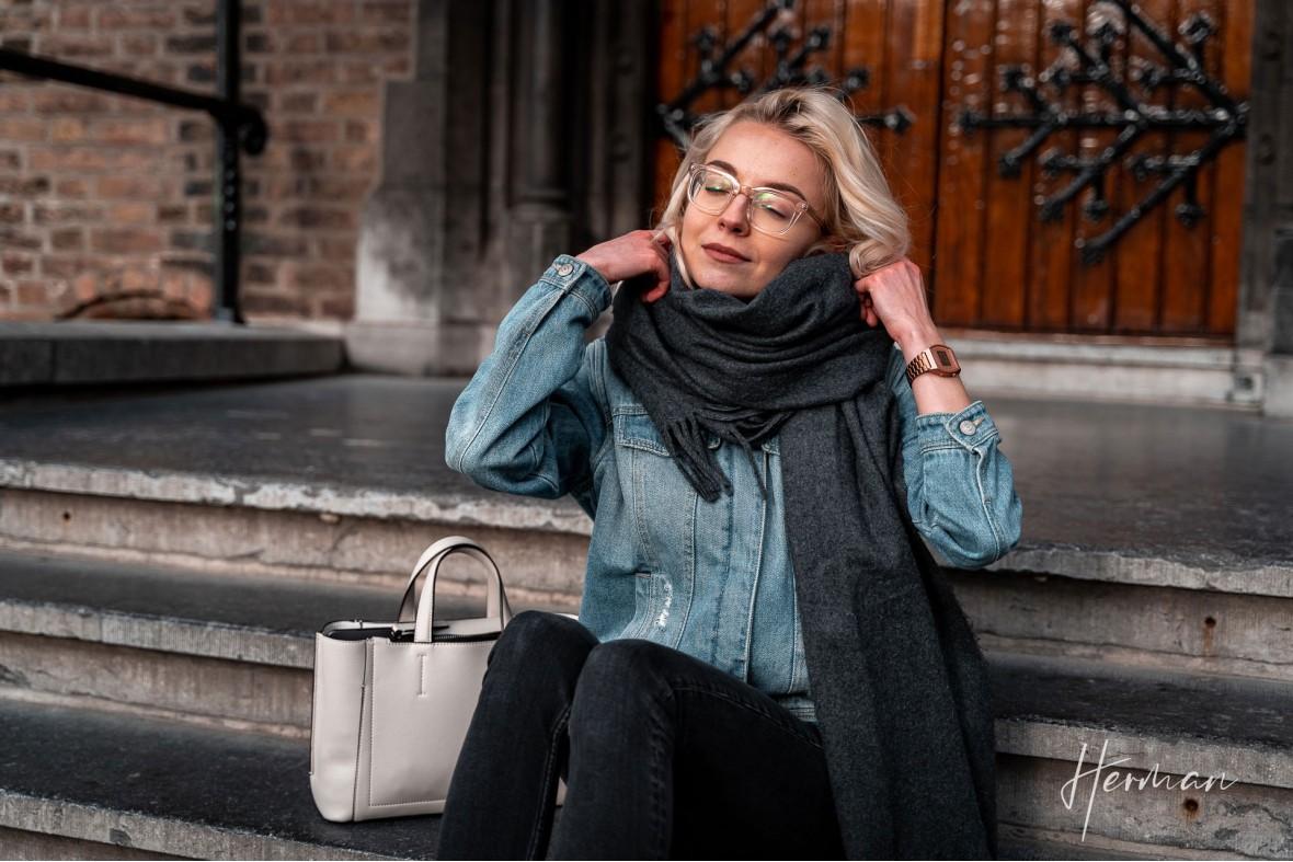 Portret fotoshoot met Polina - Op een trappetje op het Binnenhof in Den Haag