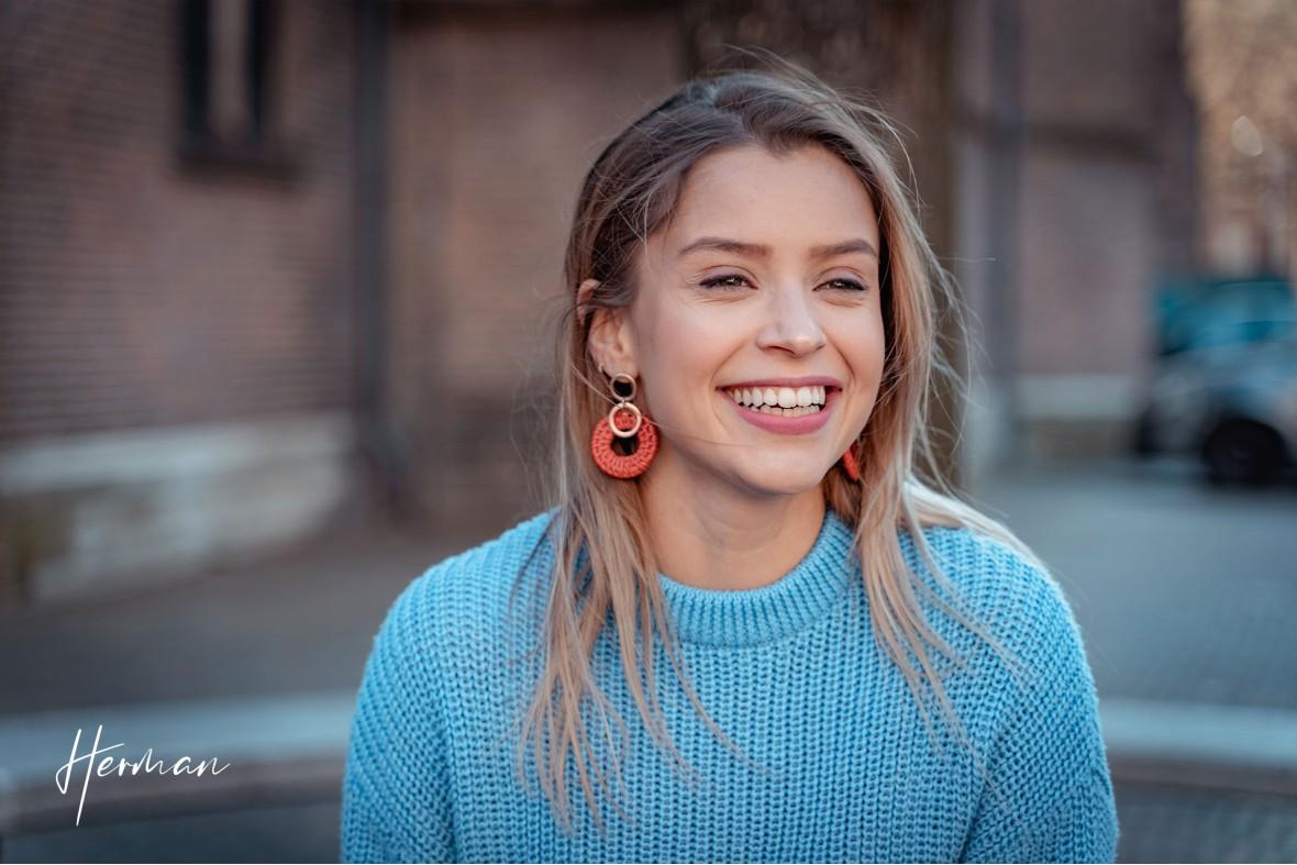 Laura lacht spontaan in Den Haag - Portret fotoshoot in Den Haag